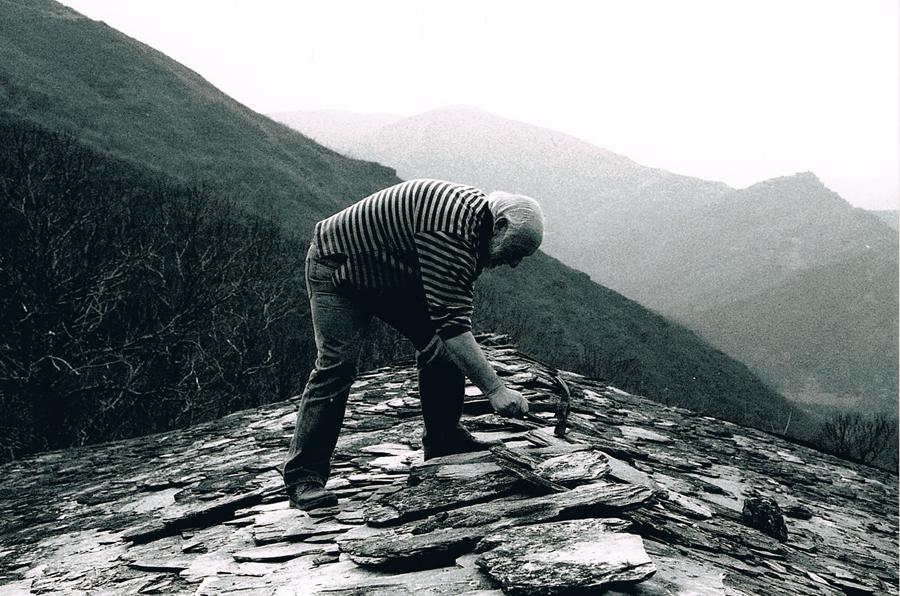 Uxío Novoneyra teitando a súa casa nos anos 90.