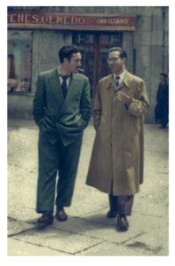 Uxío Novoneyra e Ramón Piñeiro paseando pola Praza do Toural de Compostela, 1952. Arquivo Novoneyra. Coloreada por Tina Paterson